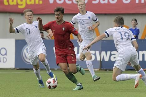Suomea vastaan avausmaalin tehnyt João Filipe (kesk) onnistui myös EM-välierässä maalinteossa, kun hyökkääjä paukutti kaksi osumaa.