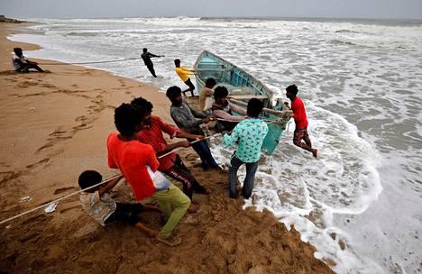 Gujaratilaiset siirsivät kalastusvenettä turvallisempaan paikkaan pyörremyrsky Tauktaen tieltä maanantaina Veravalissa.