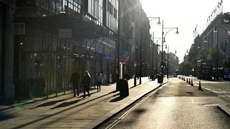 Oxford Streetillä Lontoossa oli maanantaina ruuhka-aikaan hiljaista.