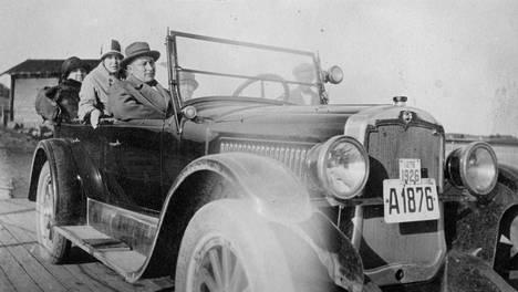 Gunnar Levander autossaan joskus 1920-luvulla. Levander rikastui pirtun salakuljetuksella.
