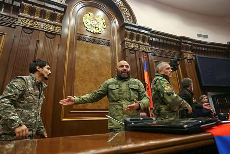 Kiukkuisa mielenosoittajat valtasivat Jerevanissa Armenian parlamentin, kun tieto tulitauosta levisi.