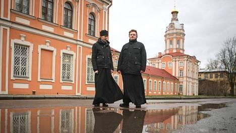 """Pietarin hengellinen akatemia on sisäoppilaitos, jossa """"koulupukuna"""" toimivat valkoinen kauluspaita ja musta viitta."""