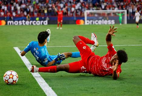 Karim Adeyemi (oik.) hankki Salzburgille peräti kolme rangaistuspotkua.