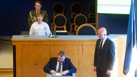 """Presidentti Kersti Kaljulaid otti kantaa hallituksen virkaanastujaisissa pukeutumalla puseroon, jossa luki: """"Sana on vapaa."""""""
