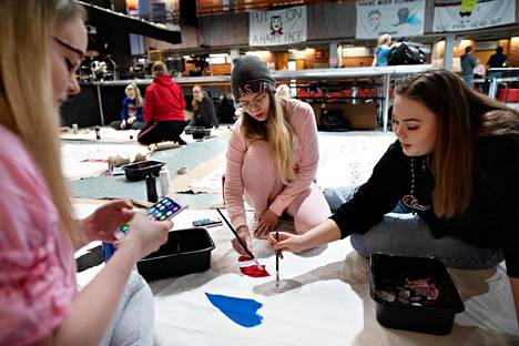 Vaskivuoren lukion abit Jasmin Anttila (vas.), Nea Hietanen ja Jonna Oskarsson maalaasivat lakanoita abirekkoihin penkkareita edeltävänä päivänä keskiviikkona.