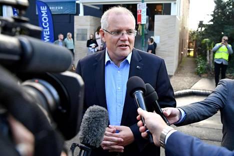 Pääministeri Scott Morrison vastaili median kysymyksiin sunnuntaina, kun hän saapui kirkkoon Sydneyssä.