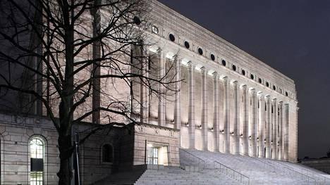 Eduskuntatalo iltavalaistuksessa vuonna 2017.
