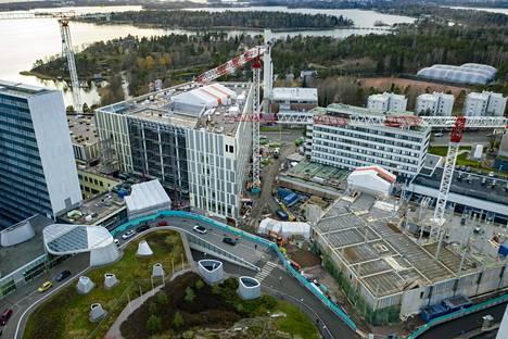 Meilahden sairaala-alueella kolmiosairaalassa on infektio-osastoja. Kuvassa näkyy myös Meilahden tornisairaalaa ja uuden Siltasairaalan työmaata.