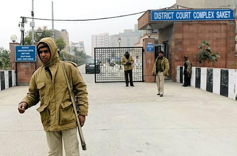 Intialaisia poliiseja seisoi vartiossa oikeussalin ulkopuolella torstaina Saketissa.