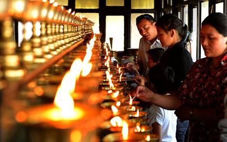 Mount Everestillä kuolleiden nepalilaisoppaiden omaiset sytyttivät muistolyhtyjä luostarissa Nepalin pääkaupungissa Katmandussa viime sunnuntaina.