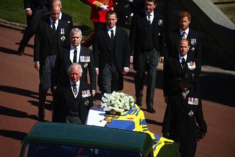 Kävellen arkkua seurasivat Philipin lapset prinssi Charles, prinsessa Anne, heidän veljensä Edward ja Andrew sekä Charlesin lapset, prinssit William ja Harry.