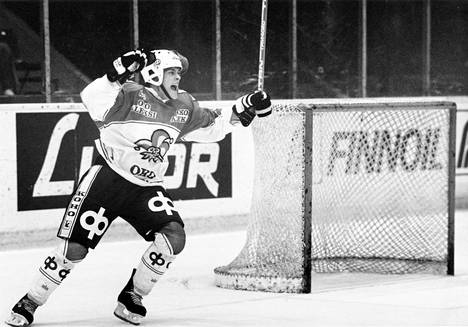 Teemu Selänne riemuitsee 3-2 -maalia Ilveksen verkkkoon SM-liigan ottelussa 1989.