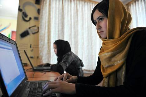 Afghanistanilaisia naisia heille suunnatussa internetkahvilassa Kabulissa.