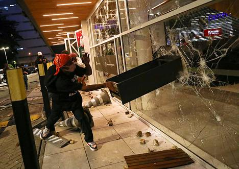 The riots spread to many cities in Brazil on Friday.  The picture is from São Paulo.
