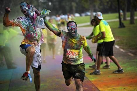 Kilpailijat saapuivat maaliin värijuoksutapahtumassa Tel Avivissa Israelissa perjantaina.