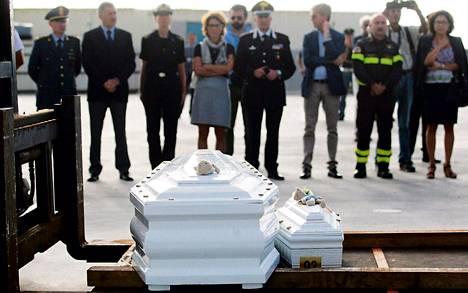 Viranomaiset saattoivat lokakuun 3. päivän onnettomuuden uhreja hautaan Sisiliassa tiistaina. Pääministeri Enrico Letta oli luvannut hukkuneille valtiolliset hautajaiset.