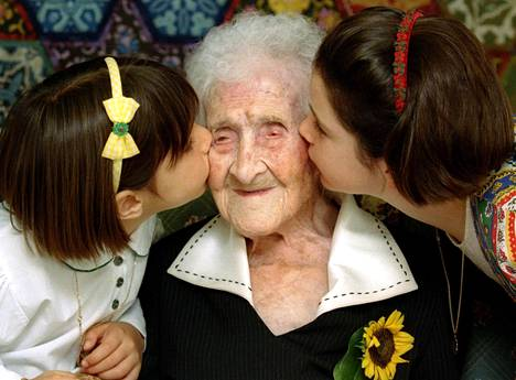 Jeanne Calment sai poskisuudelmat kahdelta tytöltä vanhainkodissa Arlesissa vuonna 1995. Hänen sanottiin silloin olleen 120-vuotias.
