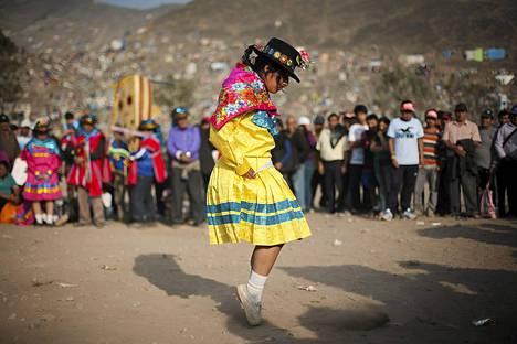 Tyttö tanssii vainajille Nueva Esperanzan hautausmaalla.
