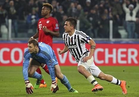 Juventuksen Paulo Dybala (oik.) teki joukkueensa avausmaalin Bayernin Manuel Neuerin taakse joukkueiden ensimmäisessä kohtaamisessa.