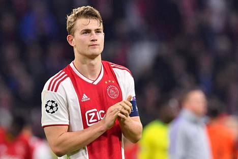 Matthijs de Ligt taputti yleisölle Ajaxin hävittyä Tottenhamille Mestarien liigan pudotuspeleissä.