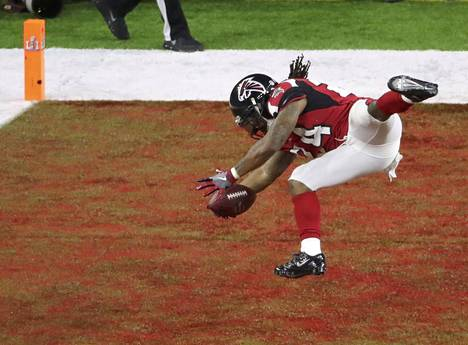 Pelin alku oli Atlanta Falconsin näytöstä. Devonta Freeman syöksyy maalialueelle touchdownin arvoisesti toisella neljänneksellä.