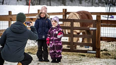 Miika Pitkälä tallentaa kuvaan tyttäriensä Silvan (vas) ja Minnean hiihtolomapäivän Espoon Vermossa. Normaalina vuonna perhe olisi todennäköisesti lähtenyt mummolaan pohjoiseen. Nyt lomasuunnitelmiin kuuluu etelässä pysyminen.