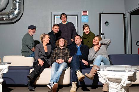 Radio Stagen tekijöitä ryhmäkuvassa: Raimo Grönberg (vas.), Vera Kiiskinen, Tommi Taurula, Ylermi Rajamaa, Juha Jokela, Martti Suosalo, Henna Hakkarainen ja Ria Kataja.