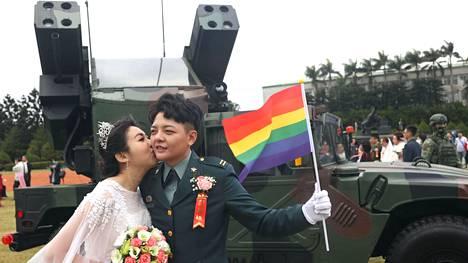 Chen Ying-xuan (oik.) ja Li Li-Chen armeijan joukkohäissä Taiwanin Taoyuanissa perjantaina.
