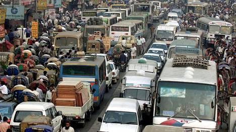 Katukuvaa Bangladeshin Dhakasta. Fossiilisten polttoaineiden aiheuttamia ilmansaasteisiin littyviä kuolemia esiintyy eniten Aasiassa.