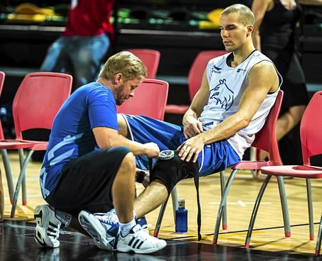 Fysioterapeutti Marko Yrjövuorella on tärkeä rooli pelaajien palautumisen hoitamisessa.