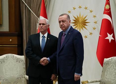 Turkin presidentti Recep Tayyip Erdoğan ja Yhdysvaltain varapresidentti Mike Pence neuvottelivat Ankarassa torstaina.