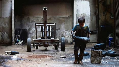 Kymmenenvuotias Issa-poika kantoi kranaatinheittimen ammusta kapinallisarmeijan asetehtaassa Aleppossa lauantaina. Issa työskentelee tehtaassa isänsä kanssa kymmenen tuntia joka päivä lukuun ottamatta muslimien pyhäpäivää perjantaita. Kaksi miljoonaa syyrialaislasta jää sodan vuoksi ilman oppia kouluvuoden alkaessa.