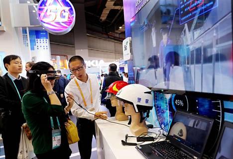 Messuvierailijat kokeilivat viime vuonna Kiinan Shanghaissa lisätyn todellisuuden laseja, joissa käytetään Nokian 5g-tekniikkaa.
