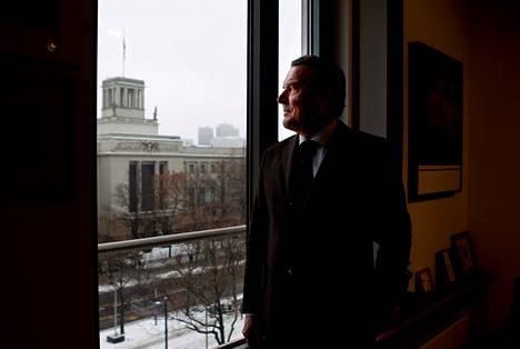 Saksan entinen liittokansleri Gerhard Schröder katsoo ulos ikkunasta toimistossaan Berliinissä. Schröderin mielestä Saksa teki oikein, kun rikkoi Maastrichtin sopimuksen velka- ja budjettisääntöjä.