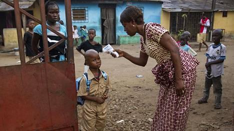 Guineassa on tavattu ebolla ensi kertaa sitten vuoden 2016. Kuvassa mitataan potilaalta kuumetta Guinean pääkaupungissa Conakryssa vuonna 2015.