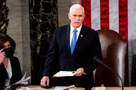 Varapresidentti Mike Pence vahvisti presidentinvaalien tuloksen kongressissa hyökkäyksen jälkeen.
