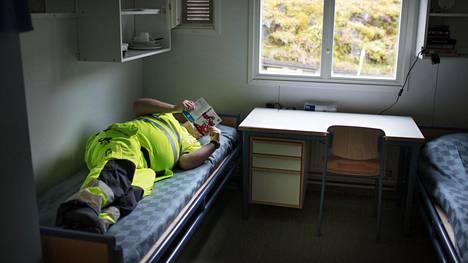 Yli kymmenen kertaa vankilatuomion saanut Tommi jakaa huoneensa toisen vangin kanssa Suomenlinnan avovankilassa.