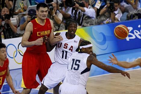 Koripallotähti Yao Ming on kelvannut kansallissankarin rooliin Kiinan propagandaviestinnässä. Kuvassa hän pelasi Yhdysvaltoja vastaan Pekingin olympialaisissa 2008.
