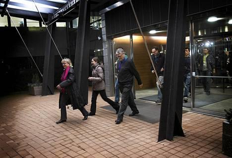 Nokia Siemens Networkin työntekijöitä poistumassa irtisanomisista kertovasta tiedotustilaisuudesta Espoossa keskiviikkoiltana.