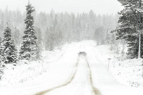 Lumi pöllysi lauantaina Inarintiellä Pokan ja Köngäksen välillä. Pokan kylässä toimivan Tieva-Baarin emännän mukaan lumisade alkoi edellisenä yönä, sitä ennen maa oli musta.
