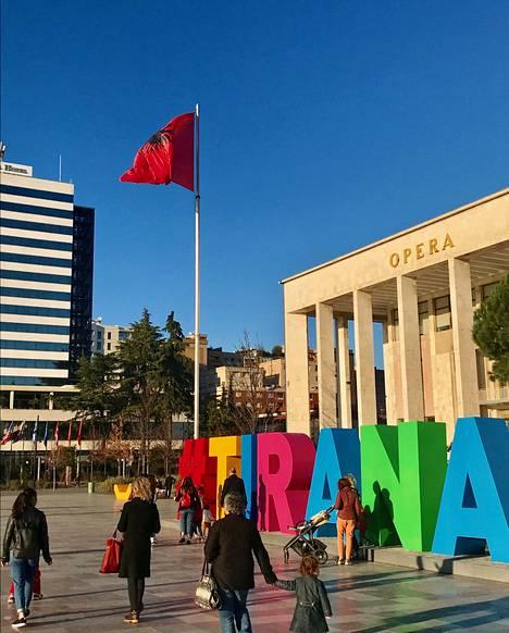 Kansalaiset viihtyvät Tiranan Skanderbeg-keskusaukiolla.