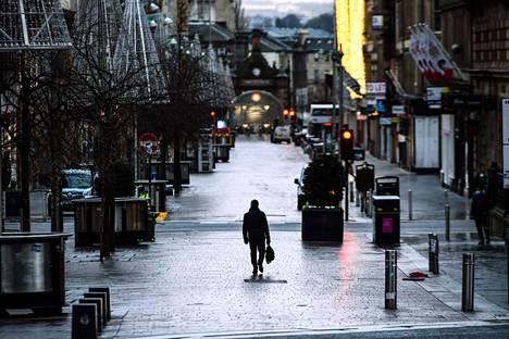 Jalankulkija Glasgow'n keskustassa Skotlannissa tiistaina.