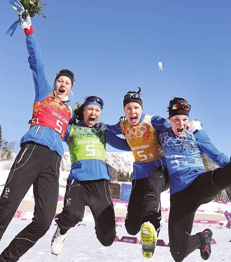 Anne Kyllönen, Aino-Kaisa Saarinen, Kerttu Niskanen ja Krista Lähteenmäki hihkuivat riemusta hiihtostadionilla.