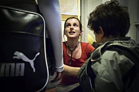 Lääkäri Reetta Leinonen tutki lasta paperittomien klinikalla 2013.