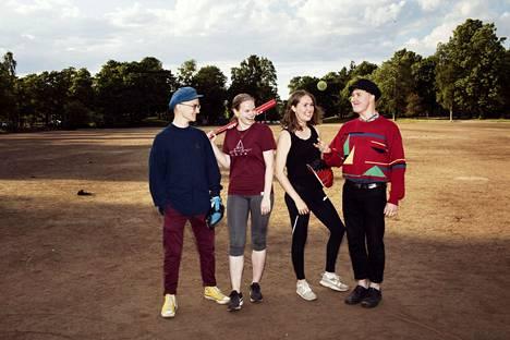 Helsinkiläiset Ilmar Grünthal, Alva Grünthal, Säde Rinne ja Valo Rinne olivat viikonloppuna ison kaveriporukan kanssa pelaamassa pesäpalloa Kaisaniemessä, kun HS kävi haastattelemassa nuoria aikuisia ehkäisystä.