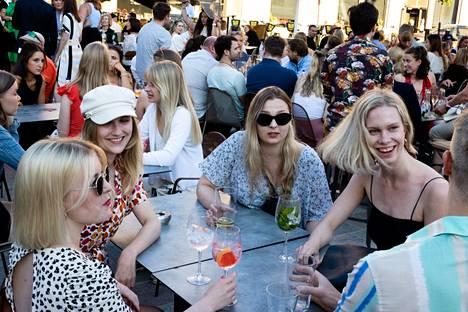 Myös Pohjois-Esplanadilla vietettiin perjantai-iltaa. Amanda Laukkanen (vas.), Krista Karhu, Nelli Sajakoski, Lotta Kallio ja Mika Andersson keskustelivat mökeistä Kiska-baarin terassilla.