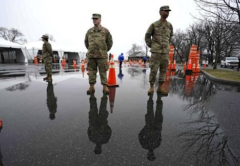 Kansalliskaartin sotilaat valvoivat järjestystä koronavirustestauspaikalla New Yorkin lähistöllä New Rochellessa 13. maaliskuuta.