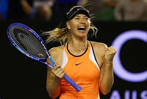 Venäläispelaaja Maria Šarapova juhli voittoaan Australian avoimissa tammikuussa 2016.