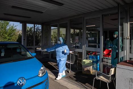 Suojapukuun verhottu lääkäri antoi todistuksen koronavirustestistä Cinisellossa Italiassa 7. huhtikuuta.