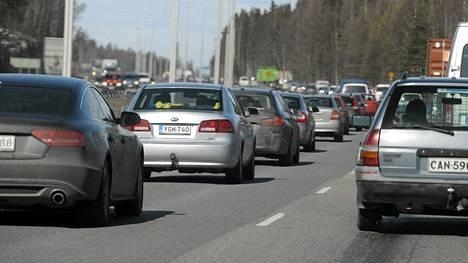 Pääsiäisen menoliikennettä Lahden moottoritiellä.
